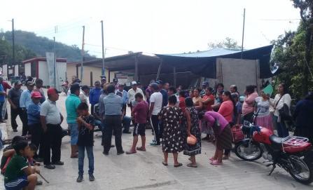 Pobladores exigen destitución de docentes en Tlacoatzintepec