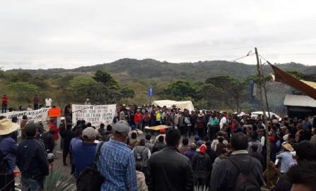 Tras seis días de bloqueo en vía Oaxaca-Veracruz, empresarios exigen a gobierno intervenir