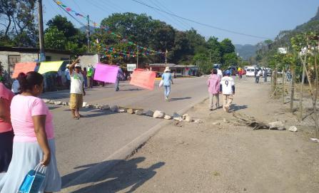 Pobladores bloquean vía federal en la Cuenca; exigen recursos