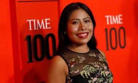 Yalitza Aparicio deslumbra con vestido bordado en alfombra roja de las 100 personas más influyentes del mundo