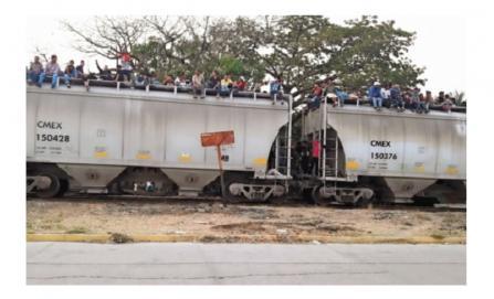 """Migrantes reviven peligro en el lomo de """"La Bestia"""""""