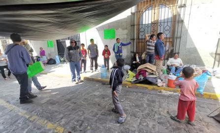 Tras enfrentamiento, desplazados de Xoxo duermen frente al Palacio de Gobierno; exigen atención de autoridades