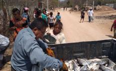 Pescadores regalan productos del mar a familias de Salina Cruz para enfrentar la pandemia