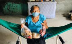 Donan jóvenes zapotecas canasta de alimentos tradicionales a ancianos y personas vulnerables confinadas