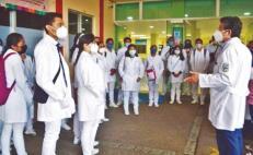 Tras irse a casa por pandemia, 53  médicos internos del Hospital Civil acusan calificaciones injustas