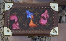 La magia de los alebrijes decora baúles de lujo con 20 animales del calendario zapoteca
