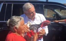 AMLO deja atrás medidas de sana distancia en Oaxaca y saluda a simpatizantes