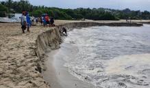 Mar se aleja 50 metros de la línea de playa en Puerto Escondido, a causa de la pleamar