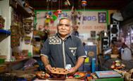Con juegos ancestrales de madera como El coyote y las gallinas, un artesano rescata esencia de Oaxaca