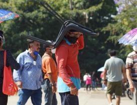 Oaxaca suma 175 nuevos casos de Covid-19, 45 en la capital; mientras ancianos hacen filas por segunda dosis