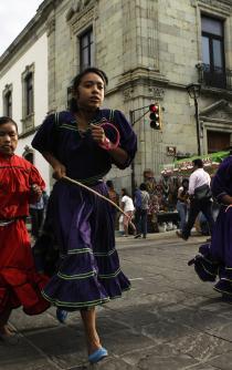 Muestran rarámuris en Oaxaca sus deportes autóctonos