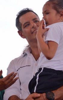 Niña pide entre lágrimas apoyo a Osorio Chong