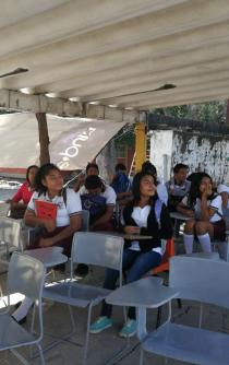 Ante falta de atención, más de 800 alumnos estudian en estacionamiento