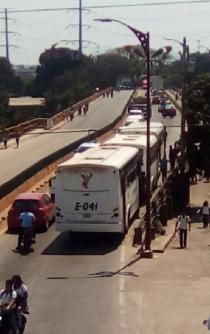 Se confrontan alumnos y transportistas en Tuxtepec, por tarifa