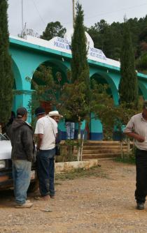 Reportan retención de autoridades judiciales y electorales en zona Mixe