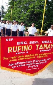 Desfilan estudiantes en Juchitán para exigir reconstrucción de escuelas