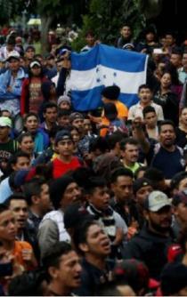 Decenas de hondureños derriban puerta en frontera guatemalteca para llegar a México