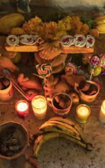 """En San Mateo, huaves reciben a sus """"angelitos"""" con frutas y panes especiales"""