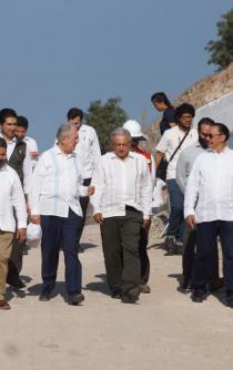 Supervisan AMH y AMLO avances en la construcción de la Carretera Mitla-Tehuantepec