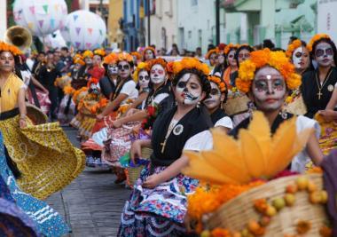 En Oaxaca, la muerte se vive en comparsa